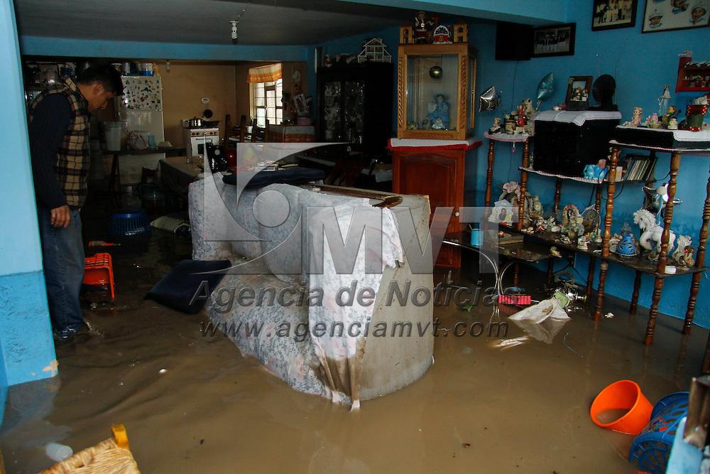 Toluca, México.- Cerca de 150 viviendas de la colonia Las Palmillas  se vieron afectadas  por inundaciones derivadas de una fuerte lluvia que azotó al Valle de Toluca en la madrugada, personal de PC y Bomberos ayudaron a las familias afectadas a limpiar sus casas. Agencia MVT / Crisanta Espinosa
