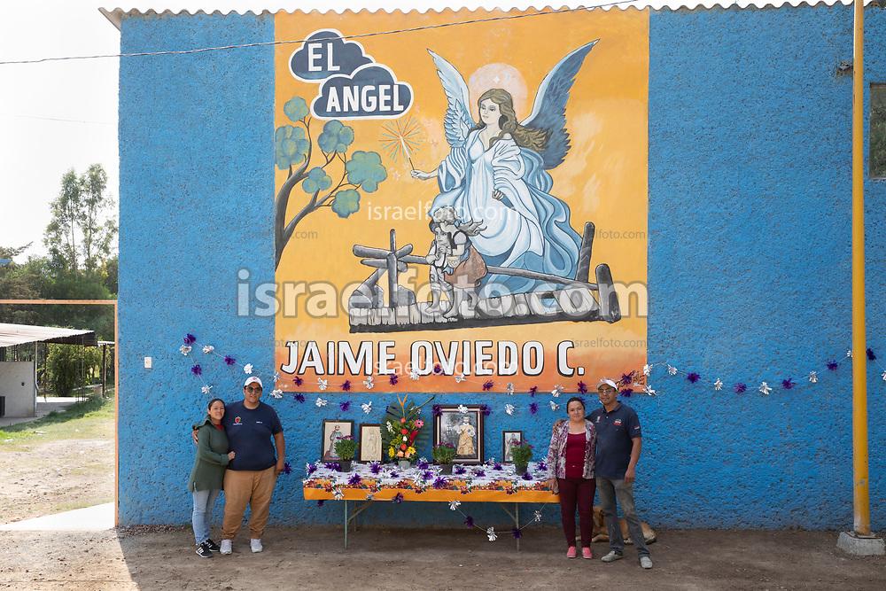 02 junio 2021, Tultepec, Estado de México. Una familia de pirotécnicos espera fuera de su taller la bendición anual a sus imágenes religiosas por parte de un sacerdote católico.