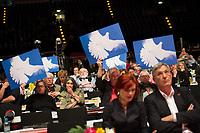 DEU, Deutschland, Germany, Berlin, 10.05.2014: Bundesparteitag der Partei DIE LINKE im Velodrom. Delegierte mit Friedenstaubenschild und vorn die beiden Parteivorsitzenden von DIE LINKE, Katja Kipping (L) und Bernd Riexinger (R). Die Linkspartei kritisiert NATO, EU und Bundesregierung für ihr Vorgehen im Ukrainekonflikt.