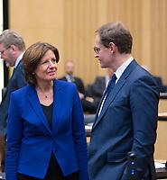 DEU, Deutschland, Germany, Berlin, 16.12.2016: Malu Dreyer (SPD), Ministerpräsidentin von Rheinland-Pfalz und Bundesratspräsidentin, mit Michael Müller (SPD), Regierender Bürgermeister von Berlin, bei einer Sitzung im Bundesrat.