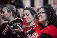 Na een bijeenkomst in de Burcht van Berlage gingen de actievoerders van Young & United in een mars door Amsterdam naar Zara in de Kalverstraat. Daar pleitten ze buiten de winkel voor meer vaste contracten en het terugdringen van de flexibele arbeidsconstructies die Zara, net als veel andere werkgevers, voor jongeren toepast. Jongere werknemers kampen met teveel inkomensonzekerheid, waardoor ze geen financiële verplichtingen als huur of hypotheek kunnen aangaan. Amsterdam, 25 november 2017.