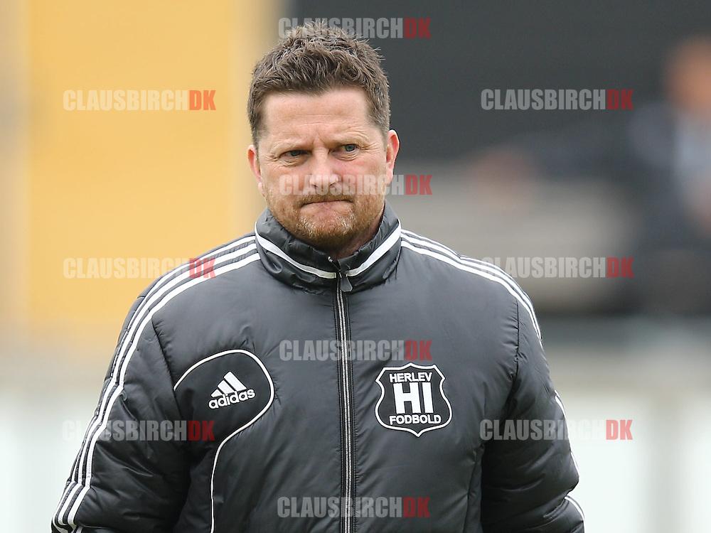 FODBOLD: Cheftræner Peter Gustavsen (Herlev) under kampen i 2. Division Øst mellem BSV og Herlev den 25. april 2015 på Vedbæk Stadion. Foto: Claus Birch