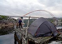 Camping on rotten pier in Korssund - telt på råtten brygge i Korssundet, Sogn og Fjordane