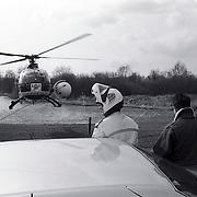 NLD/Ankeveen/19920323 - Politiehelicopter geland in een weiland in Ankeveen na zoekactie naar overvallers
