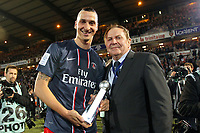 Zlatan Ibrahimovic (PSG) avec le trophee du meilleur buteur de ligue 1
