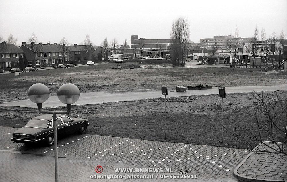 NLD/Huizen/19900306 - Parkeerterrein t.o.het gemeentehuis Huizen, nu theater Graaf Wichman e.d.