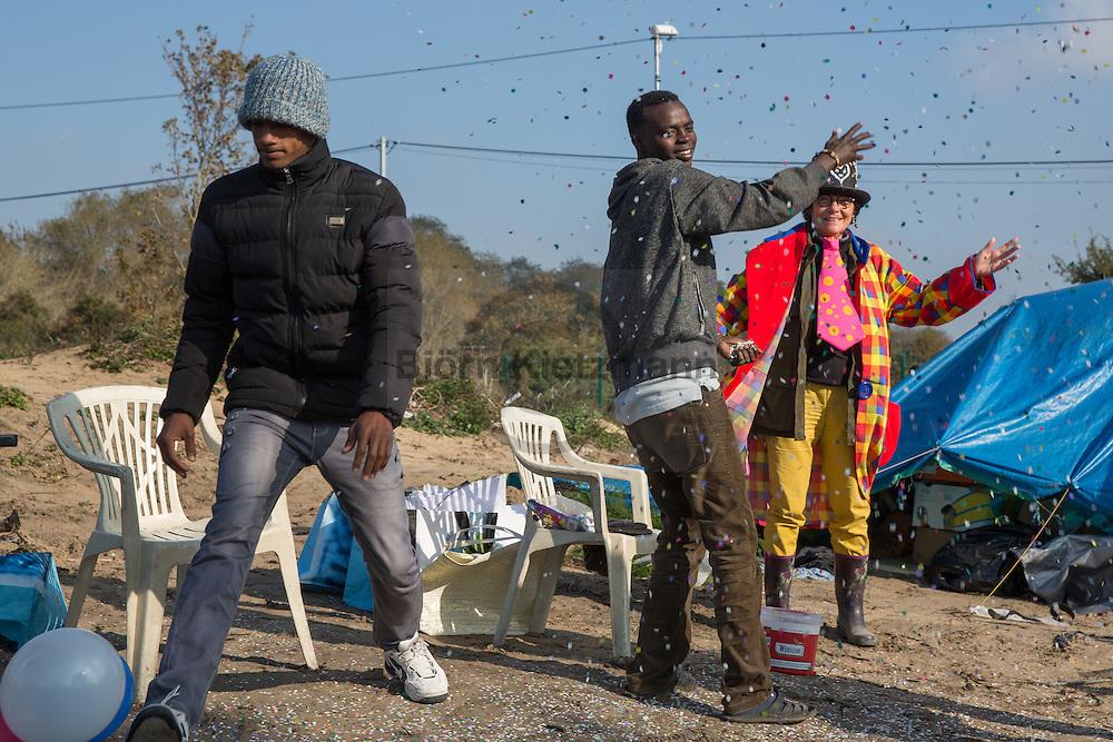 "Calais, Pas-de-Calais, France - 23.10.2016    <br />  <br /> Last day of the of the so called ""Jungle"" refugee camp on the outskirts of the French city of Calais before the scheduled eviction. Many thousands of migrants and refugees are waiting in some cases for years in the port city in the hope of being able to cross the English Channel to Britain. French authorities announced that they will shortly evict the camp where currently up to up to 10,000 people live.<br /> <br /> Letzter Tag des sogenannten ""Jungle"" Fluechtlingscamp am Rande der franzoesischen Stadt Calais vor der angesetzten Raeumung. Viele tausend Migranten und Fluechtlinge harren teilweise seit Jahren in der Hafenstadt aus in der Hoffnung den Aermelkanal nach Großbritannien ueberqueren zu koennen. Die franzoesischen Behoerden kuendigten an, dass sie das Camp, indem derzeit bis zu bis zu 10.000 Menschen leben Kürze raeumen werden. <br /> <br /> Photo: Bjoern Kietzmann.10.2016    <br />  <br /> Some Afghan refugees burn sleeping bags and other belongings inside the camp. Last day of the of the so called ""Jungle"" refugee camp on the outskirts of the French city of Calais before the scheduled eviction. Many thousands of migrants and refugees are waiting in some cases for years in the port city in the hope of being able to cross the English Channel to Britain. French authorities announced that they will shortly evict the camp where currently up to up to 10,000 people live.<br /> <br /> Einige afghanische Fluechtlinge verbrennen Schlafsaecke und andere Habseligkeiten im Camp. Letzter Tag des sogenannten ""Jungle"" Fluechtlingscamp am Rande der franzoesischen Stadt Calais vor der angesetzten Raeumung. Viele tausend Migranten und Fluechtlinge harren teilweise seit Jahren in der Hafenstadt aus in der Hoffnung den Aermelkanal nach Großbritannien ueberqueren zu koennen. Die franzoesischen Behoerden kuendigten an, dass sie das Camp, indem derzeit bis zu bis zu 10.000 Menschen leben Kürze raeumen werden. <br /> <br"