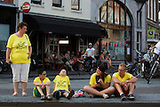 Toeschouwers wachten bij de Neude. In Utrecht worden de laatste voorbereidingen getroffen voor de Grand Depart. Op 4 juli start de Tour de France in Utrecht met een tijdrit. De dag daarna vertrekken de wielrenners vanuit de Domstad richting Zeeland. Het is voor het eerst dat de Tour in Utrecht start.<br /> <br /> In Utrecht the last arrangements are made for the Grand Depart . On July 4 the Tour de France starts in Utrecht with a time trial. The next day the riders depart from the cathedral city direction Zealand. It is the first time that the Tour starts in Utrecht.
