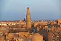 Ouzbekistan, Khiva, patrimoine mondial de l UNESCO, le minaret Juma et la ville// Uzbekistan, Khiva, Unesco World Heritage, Juma minar and the city