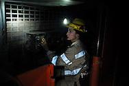 Valentina Zurru siede ai comandi della macchina che taglia il carbone