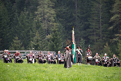 THEMENBILD - Mit einer feierlichen Messe und anschliessenden Prozession feiert die Bevölkerung der Osttiroler Gemeinde Kals am Grossglockner am Ende der Erntezeit und zum Dank für das gute Gedeihen der Feldfrüchte das Erntedankfest. Hier im Bild Schützenkompanie Kals am Grossglcokner mit Hauptmann Rupert Huter. Aufgenommen am, 2. Oktober 2016 // With a Mass followed by a procession celebrating the people in the Eastern Tyrolean village Kals am Grossglockner the end of harvest and thanksgiving. Recorded on Sunday October 2, 2016. EXPA Pictures © 2016, PhotoCredit: EXPA/ Johann Groder