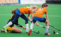 BLOEMENDAAL - hockey - Competitie Landelijk meisjes : Bloemendaal MB1-Den Bosch MB1 (1-1). Lilli de Nooijer van Bloemendaal en Charlotte van Oirschot. . COPYRIGHT KOEN SUYK