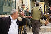 Jerusalem Altstadt, Via Dolorosa, Soldaten und Araber. Israel.|.Jerusalem Old City, Via Dolorosa, soldiers and Arab. Israel.