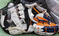 BLOEMENDAAL -  Bescherming voor de verdediging bij de strafcorner tijdens de hoofdklasse competitiewedstrijd hockey  tussen de mannen van Bloemendaal en Oranje-Zwart (3-4). FOTO KOEN SUYK