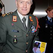 NLD/Amsterdam/20120306 - Premiere toneelstuk Napoleon op Sint-Helena, Generaal Peter van Uhm met het boek van Michiel Janzen Denken als een generaal