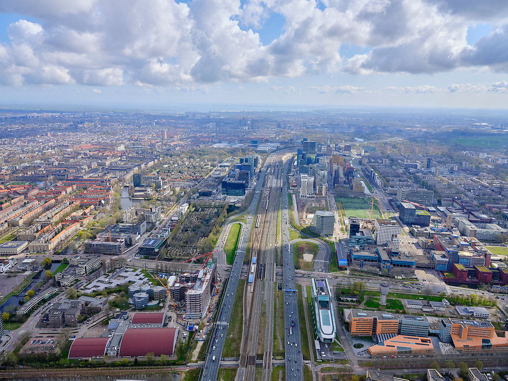 Nederland, Noord-Holland, Amsterdam; 16-04-2021; overzicht Zuidas vanuit het Westen, zicht op Station-Zuid WTC, toekomstig Zuidasdok. Parnassusweg vlnr in de voorgrond.<br /> Overview Zuidas from the West, view of Station-Zuid WTC, future Zuidasdok (Zuidas dock). Parnassusweg from left to right in the foreground.<br /> luchtfoto (toeslag op standaard tarieven);<br /> aerial photo (additional fee required)<br /> copyright © 2021 foto/photo Siebe Swart