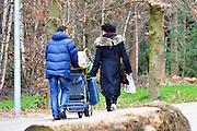Nederland, Nijmegen, 7-4-2016Kamp Heumensoord. De noodopvang loopt langzaam leeg en moet op 1 juni door het coa overgedragen zijn aan de gemeente. De vluchtelingen vertrekken vanaf hier naar andere opvanglocaties. Zowel per bus als op individuele basis kan men naar het volgende AZC. Deze mensen gaan op eigen gelegenheid. Hiermee komt een eind aan de grootschalige opvang die in deze vorm niet snel zal terugkeren.FOTO: FLIP FRANSSEN
