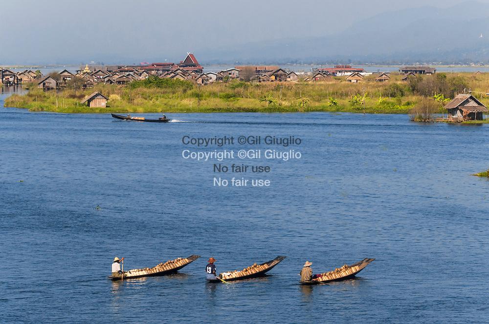 Myanmar, état Shan, lac Inlé, paysans ethnie Intha se rendant au marché flottant de Ywama // Myanmar, Shan state, Inle lake, Inthas, farmers going to Ywama floating market,