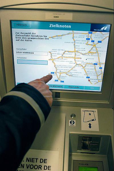Nederland, A73, 3-1-2005Betaalautomaat voor de tol op de Duitse autobaan, snelweg. DuitslandVanaf 1 januari is de tolheffing voor vrachtverkeer van kracht. Kosten transport, logistiek, onkosten, tol, maut, tolweg, vrachtvervoer, vrachtwagen chauffeurFoto: Flip Franssen/Hollandse Hoogte