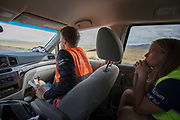 De trainer in de volgauto geeft het protocol door aan Aniek Rooderkerken. Het Human Power Team Delft en Amsterdam, dat bestaat uit studenten van de TU Delft en de VU Amsterdam, is in Amerika om tijdens de World Human Powered Speed Challenge in Nevada een poging te doen het wereldrecord snelfietsen voor vrouwen te verbreken met de VeloX 7, een gestroomlijnde ligfiets. Het record is met 121,44 km/h sinds 2009 in handen van de Francaise Barbara Buatois. De Canadees Todd Reichert is de snelste man met 144,17 km/h sinds 2016.<br /> <br /> With the VeloX 7, a special recumbent bike, the Human Power Team Delft and Amsterdam, consisting of students of the TU Delft and the VU Amsterdam, wants to set a new woman's world record cycling in September at the World Human Powered Speed Challenge in Nevada. The current speed record is 121,44 km/h, set in 2009 by Barbara Buatois. The fastest man is Todd Reichert with 144,17 km/h.