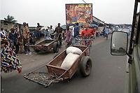 26 SEP 2006, KINSHASA/CONGO:<br /> Jugendlicher mit einem grossen Schubkarren auf einer Strasse von Kinshasa<br /> IMAGE: 20060926-01-040<br /> KEYWORDS: Junger Mann, Jugendliche, Stassenszene, Afrika, Africa