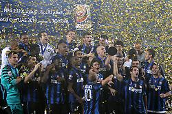 Jogadores da Internazionale comemoram o título do Mundial de Clubes da FIFA após a vitória por 3 a 0 diante do Mazembe pela final do torneio, no Estádio Zayed Spots City, em Abu Dabi, nos Emirados Árabes Unidos.  FOTO: Jefferson Bernardes/Preview.com