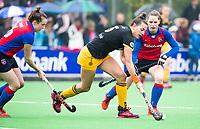 BILTHOVEN  - Hockey -  1e wedstrijd Play Offs dames. SCHC-Den Bosch (0-1).  Frederique Matla (Den Bosch)   met links Frederique Derkx (SCHC)  en rechts Claire Verhage (SCHC).   COPYRIGHT KOEN SUYK