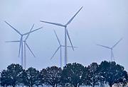 Nederland, Zeddam, 11-11-2020 Uitzicht op windmolens in het buitengebied van de Achterhoek  De molens staan in Duitsland, net over de grens bij Emmerich. Foto: ANP/ Hollandse Hoogte/ Flip Franssen