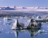 Icebergs in Jökulsárlón, Breidamerkurjökull in the distance, South Iceland, Europe