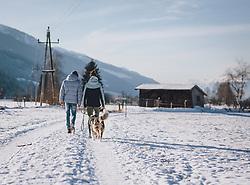 THEMENBILD - ein junges Paar geht mit einem Hund bei Sonnenschein auf einem Winterwanderweg spazieren, aufgenommen am 09. Jänner 2021 in Kaprun, Oesterreich // a young couple is walking with a dog on a winter hiking trail in the sunshine, in Kaprun, Austria on 2021/01/09. EXPA Pictures © 2021, PhotoCredit: EXPA/Stefanie Oberhauser