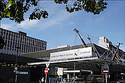 Nederland, Nijmegen, 3-5-2003..Hoofdingang van UMCN/Radboud, universitair medisch centrum Nijmegen, academisch ziekenhuis..Foto: Flip Franssen