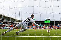1. divisjon fotball 2018: Aalesund - Tromsdalen. Aalesunds Holmbert Fridjonsson setter inn 4-0 på straffespark forbi Marius Berntzen i førstedivisjonskampen i fotball mellom Aalesund og Tromsdalen på Color Line Stadion.