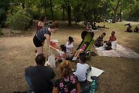 DEU, Deutschland, Germany, Berlin, 12.08.2015: Zwei freiwillige Helferinnen verteilen Essen an Flüchtlinge auf dem Gelände des Landesamts für Gesundheit und Soziales (LaGeSo), hier befindet sich die Zentrale Aufnahmeeinrichtung des Landes Berlin für Asylbewerber.