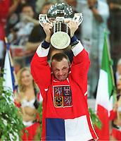 RICHTER, Martin KapitŠn Tschechien  mit WM-Pokal<br />     Eishockey WM Finale 2001  Tschechien - Finnland  3:2