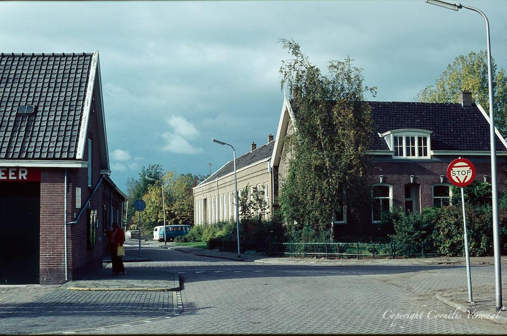De Achterweg en het Kerkplein met de oude lagere school en het voormalig huis van de hoofdmeester in Ammerstol anno 1977.