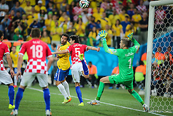 Fred disputa bola contra a Croácia na estréia da Copa do Mundo 2014, na Arena Corinthians, em São Paulo. FOTO: Jefferson Bernardes/ Agência Preview