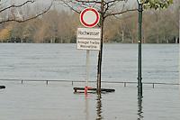 02.11.1998, Deutschland/Bonn:<br /> Warnschild wurde von der nassen Wirklichkeit eingeholt, Rheinhochwasser, Bonn<br /> IMAGE: 19981102-02/01-15<br />  <br />  <br />  <br /> KEYWORDS: Hochwasser, high tide