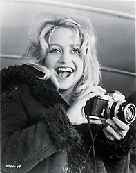 1974, Film Title: SUGARLAND EXPRESS, Director: STEVEN SPIELBERG, Studio: UNIV, Pictured: GOLDIE HAWN, HOLD THAT POSE (CAMERAS). (Credit Image: SNAP/ZUMAPRESS.com) (Credit Image: © SNAP/Entertainment Pictures/ZUMAPRESS.com)