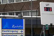 Nederland, Nijmegen, 7-10-2019 De ingang van de Pompekliniek. Een kunstwerk, scorebord rechts. De cijfers op het bord zijn niet waarheidsgetrouw en veranderen voortdurend.Verlof, proefverlof, tbs inrichting, kliniek, psychiatrie, zwaar geweldsmisdrijf, moord, moordenaar, behandeling, forensische, ontsnappen, ontsnapping, maatschappelijke onrust. Foto: Flip Franssen