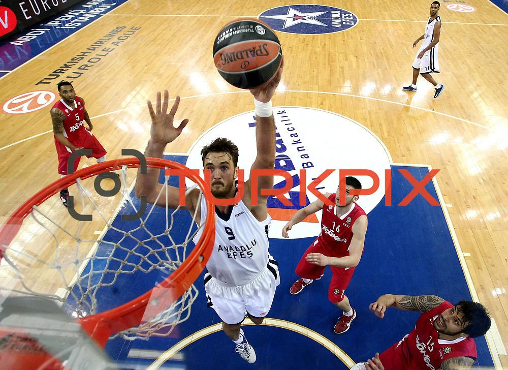 Anadolu Efes's Semih Erden (C) during their Turkish Airlines Euroleague Basketball playoffs Game 3 Anadolu Efes between Olympiacos at Abdi ipekci Arena in Istanbul, Turkey, Wednesday, April 17, 2013. Photo by Aykut AKICI/TURKPIX
