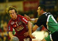Håndball, 21. desember 2003, Europacup herrer, Sandefjord-Kankaya Ankara (Tyrkia) 32-29. Sandefjord videre etter to kamper. På bildet: Geir Jomaas, Sandefjord, og Ramazan Döne, Ankara