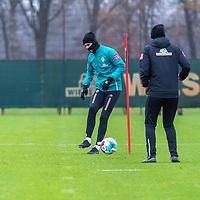 30.11.2020, Trainingsgelaende am wohninvest WESERSTADION - Platz 4/5, Bremen, GER, 1.FBL, Werder Bremen Training<br /> <br /> <br /> Reh Training am Montag Niclas Füllkrug / Fuellkrug (Werder Bremen #11) mit Marcel Abanoz (Athletik-Trainer / Reha-Trainer Werder Bremen)<br />  ,Ball am Fuss, <br /> <br /> Foto © nordphoto / Kokenge