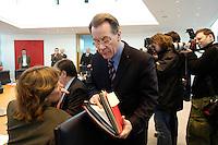 23 JAN 2006, BERLIN/GERMANY:<br /> Franz Muentefering, SPD, Bundesarbeitsminister, mit Akten, vor Beginn einer Sitzung des SPD Praesidiums, Willy-Brandt-Haus<br /> IMAGE: 20060123-01-003<br /> KEYWORDS: Franz Müntefering, Unterlagen, papers