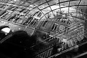 Spiegelingen bij de metro-uitgang van Gare Saint Lazare in Parijs<br /> <br /> Subway entrance at Gare Saint Lazare Paris