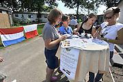 Nederland, Maasbree, 20-8-2011Informatiemarkt voor Poolse arbeidskrachten die wonen bij het recreatiepark breebronne. Nederlandse verenigingen en instellingen informeerden belangstellenden over lidmaatschap en cursussen. Er waren tafeltjes van de bibliotheek, een cursus nederlands, een handbalvereniging, de fanfare, een busbedrijf dat dagtochten organiseerd en een sportcentrum. Meeste mensen informeerden naar de taalcusus nederlands. De belangstelling viel wat tegen, mede omdat veel Polen tot 15.00 uur moesten werken, en er om 16.00 uur afgebroken werd.. Toch wil men het vaker doen.Foto: Flip Franssen/Hollandse Hoogte