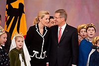 06 JAN 2012, BERLIN/GERMANY:<br /> Christian Wulff (R), Bundespraesident, und Bettina Wulff (L), Gattin des Bundespraesidenten, waehrend dem Sternsingerempfang der 54. Aktion Dreikoenigssingen 2012, Grosser Saal, Schloss Bellevue<br /> IMAGE: 20120106-01-042<br /> KEYWORDS: Sternsinger, Heilige drei Könige, Heilige drei Koenige, Dreikönigssingen