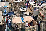 Nijmegen, 8-8-2010Kinderbouwdorp aan de Fanfarestraat in de wijk Neerbosch-oost. Tijdens de laatste week van de grote vakantie wordt voor de kinderen uit de wijk een bouwdorp georganiseerd, waar ze in groepen met afvalhout een bouwwerk in elkaar zetten.Foto: Flip Franssen/Hollandse HoogteFoto: Flip Franssen