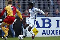 Fotball<br /> Frankrike 2004/05<br /> Auxerre v Lens<br /> 16. oktober 2004<br /> Foto: Digitalsport<br /> NORWAY ONLY<br /> BENJANI MWARUWARI (AUX) / NICOLAS GILLET (LENS)
