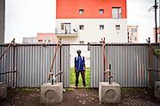 Ritratto di ragazzo. Molte delle divisioni in alluminio sono state tolte col prolungarsi dell'occupazione. Cortile ex palazzine olimpiche.