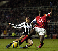 Fotball<br /> Premier League 2004/05<br /> Newcastle v Arsenal<br /> 29. desember 2004<br /> Foto: Digitalsport<br /> NORWAY ONLY<br /> Newcastle's Kieron Dyer (L) is denied by Arsenal's Sol Campbell